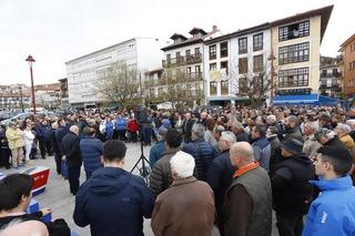 Concentración de rechazo por la paralización cautelar de las obras del puerto deportivo de San Vicente de la Barquera